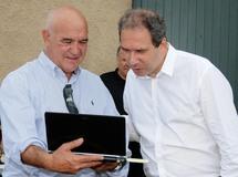 Jean-Baptiste Andreani, président de la Fédération régionale des courses hippiques, présentant le nouveau site internet de sa dynamique structure à Jean Zuccarelli